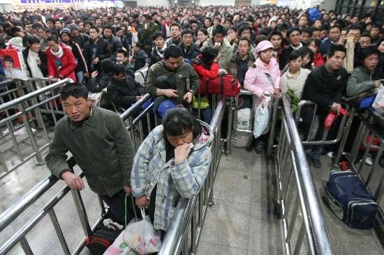 图文:旅客在北京西站候车