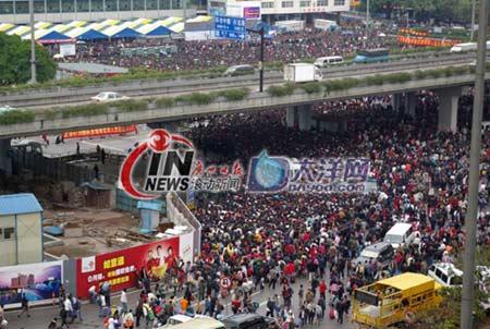 组图:广州火车站旅客有序进入站东广场
