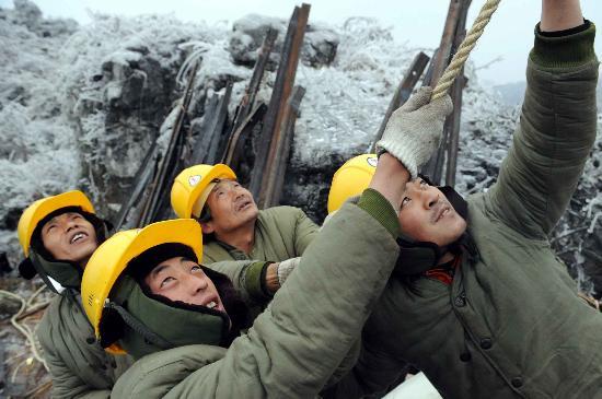 图文:贵州电力职工不畏严寒抗冰救灾