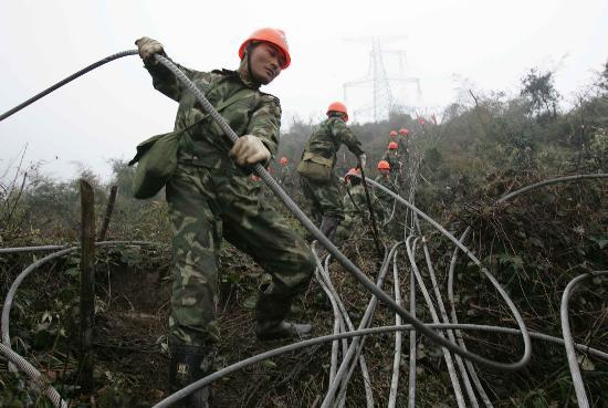 图文:武警水电二总队官兵在清理损毁高压线路