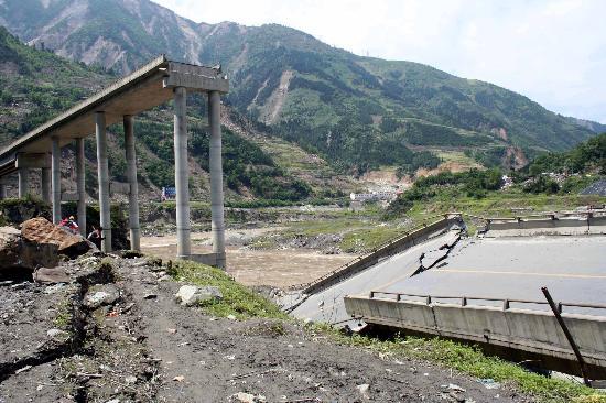 图文:地震中垮塌的四川汶川县映秀镇白花大桥