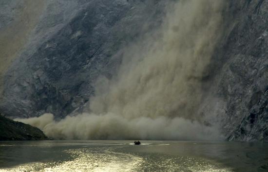 组图:冲锋舟运送物资途中遭遇山体塌方