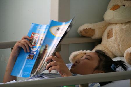 组图:小姑娘在医院过了11岁生日