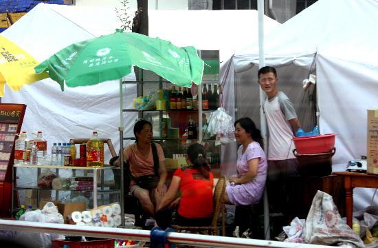 图文:群众在临时帐篷区摆起了小卖部