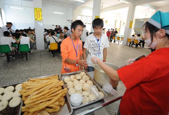图文:四川灾区武汉就读学生在食堂就餐