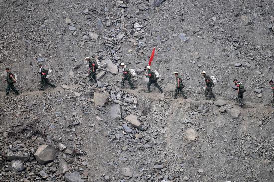 图文:搜救人员在映秀镇附近滑坡山体进行搜救