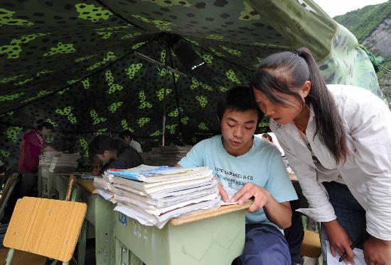 图文:理县中学高三学生在课后交流学习心得