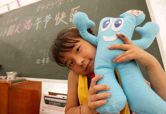 图文:小朋友在展示收到的端午节礼物