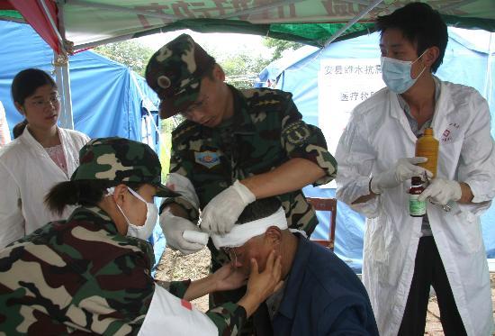 图文:当地乡卫生院的医生在为伤员包扎伤口