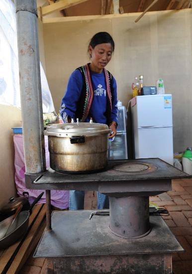 图文:羌族受灾群众在家里支起火炉