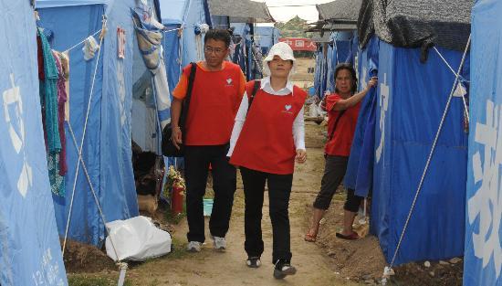 图文:心理专家董惠娟在受灾群众安置点工作
