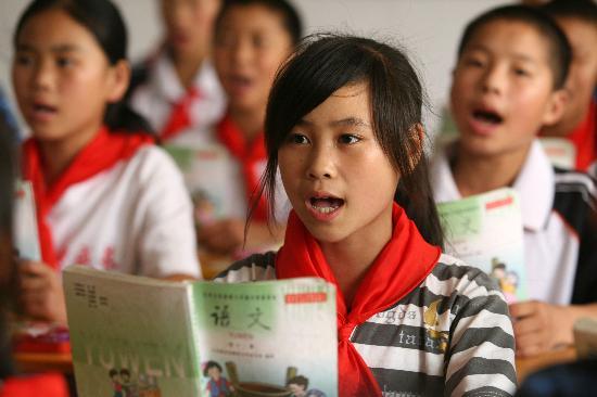 图文:北川灾区擂鼓小学的学生在认真上课