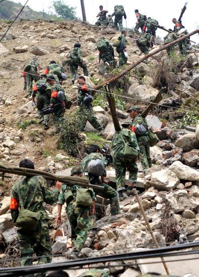 图文:负责善后工作的部队正在赶往坠机地