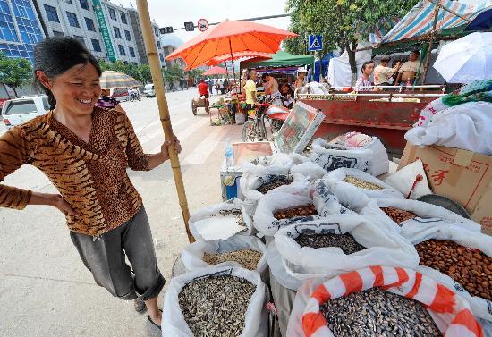图文:绵竹市汉旺镇的一名摊主在等待顾客