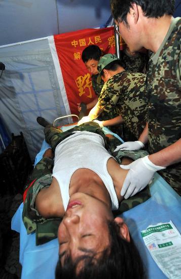 图文:医生在为受伤的救援队员诊治
