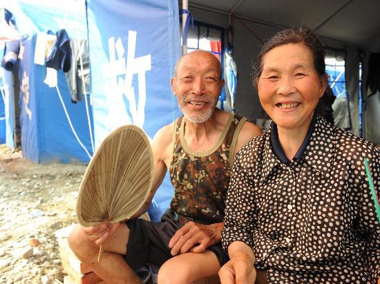 图文:贺永才和老伴在帐篷前乘凉