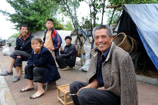 图文:江油综合村村民陈修伍老人在帐篷前