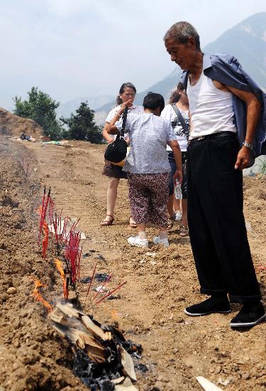 图文:当地群众在悼念汶川大地震中的遇难者