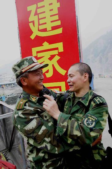 图文:战友在汶川映秀镇抗震救灾中再次相逢