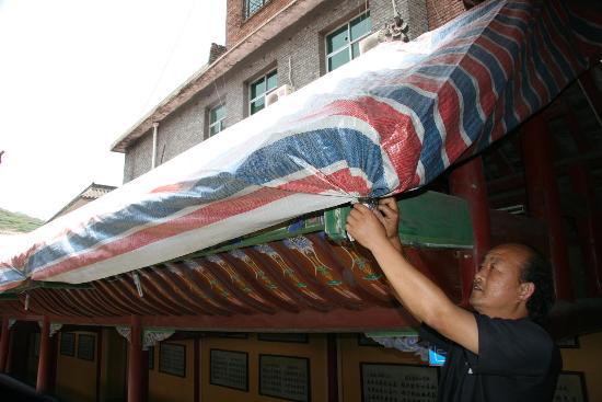 图文:江神庙博物馆工作人员正在搭建临时帐篷