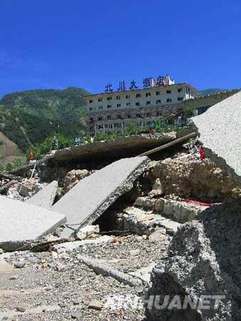 图文:北川大酒店前的废墟