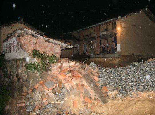 图文:地震毁坏的一户人家围墙