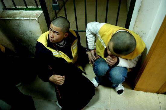 图文:两名涉嫌抢劫的少年在临时拘押室等候