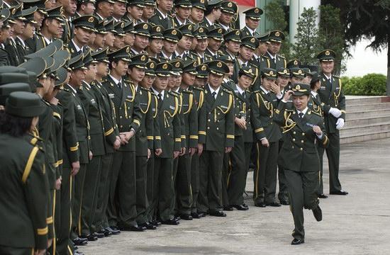 图文:中国军人更换新式制服
