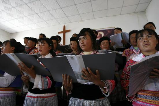 图文:云南省少数民村民在教堂里吟唱赞美诗