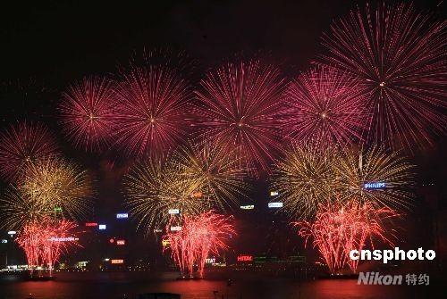 香港举行盛大烟花汇演庆国庆(组图)
