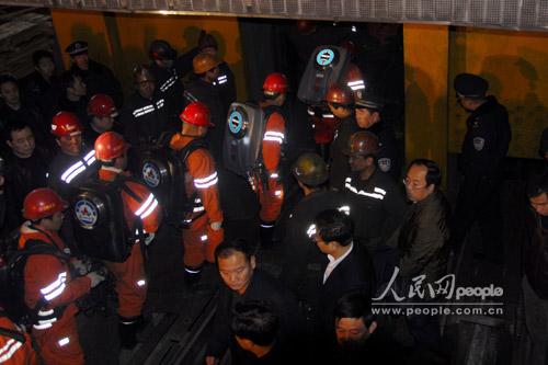 图文:山西屯兰煤矿事故现场救援人员排队下井