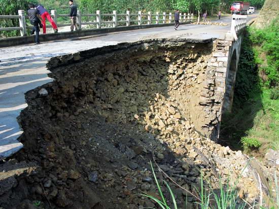 贵州从江321国道桥梁垮塌交通中断(组图)