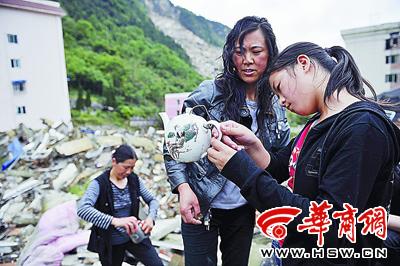 北川老县城开禁首日两万人祭奠(组图)