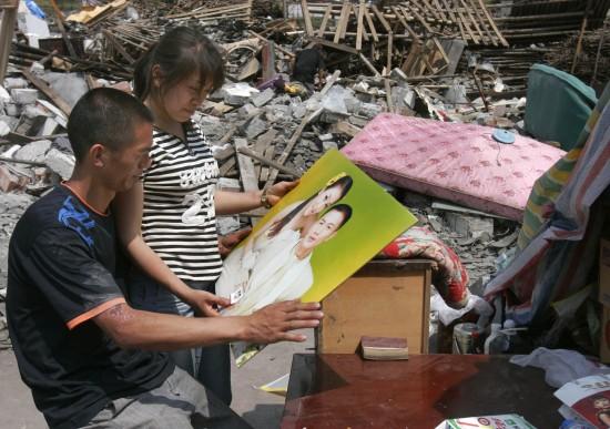 图文:汶川地震一周年之废墟前的甜蜜回忆