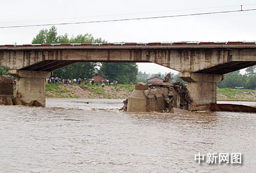 黑龙江铁力市公路桥垮塌7车坠河(组图)