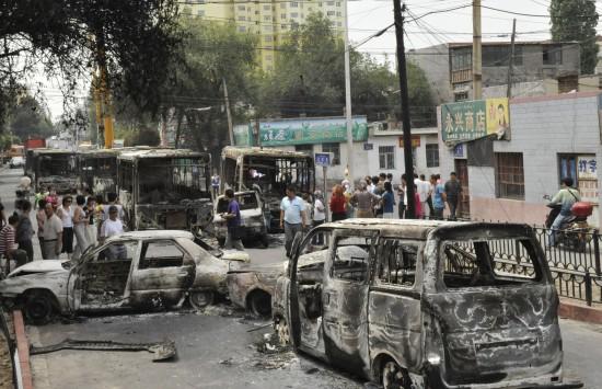 图文:乌鲁木齐市北湾街上停放着多辆被烧汽车