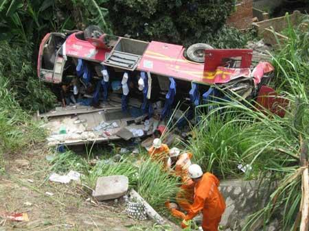 福建客车翻下高速致9死27伤(组图)