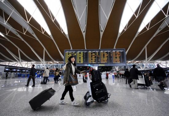 图文:乘客从上海浦东机场候机大厅走过_新闻中心_新浪网