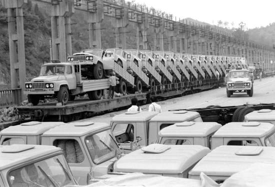 图文:第二汽车厂发运汽车图片