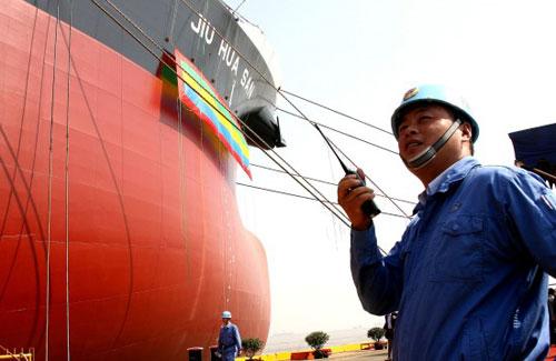 组图:国产超级油轮在上海命名