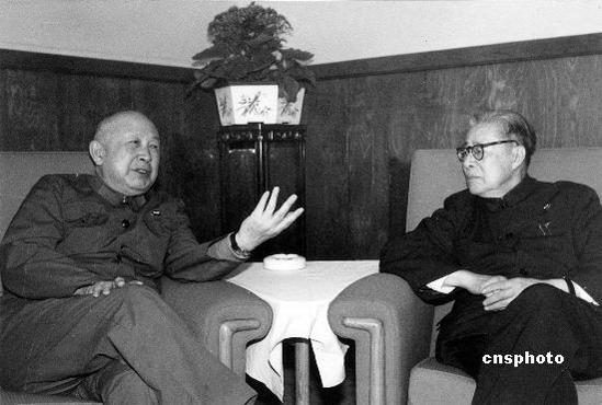 图文:钱学森和南开大学校长杨石先生交谈