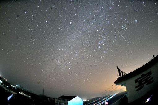 组图:双子座流星雨划过青岛夜空