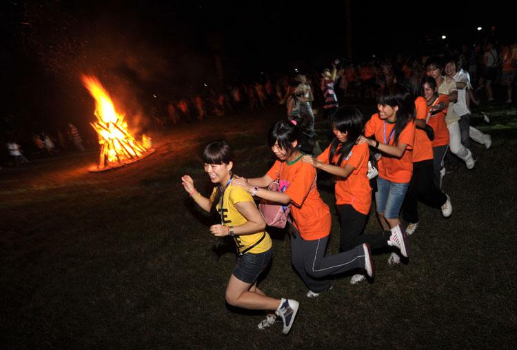图文:澳门长沙两地少年手牵手围绕篝火跳舞
