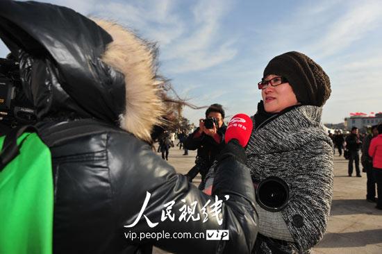 图文:人民日报人民网记者接受媒体采访