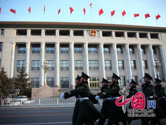 图文:武警在人民大会堂前执行安保任务