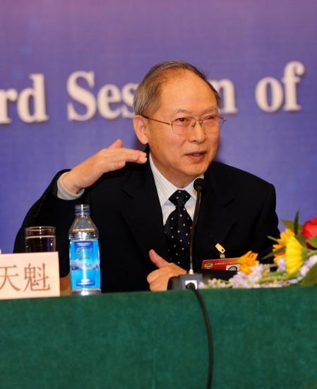 图文:全国政协委员景天魁在回答记者提问