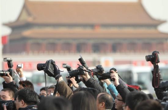图文:记者冒雪在天安门广场采访