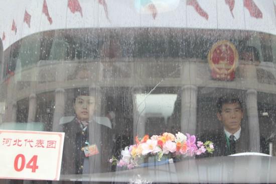 图文:河北代表团车辆抵达人民大会堂前