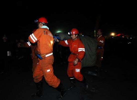 图文:救援人员将矿工抬出井口