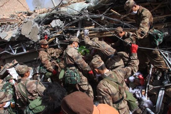 图文:部队士兵正在地震灾区紧急救援